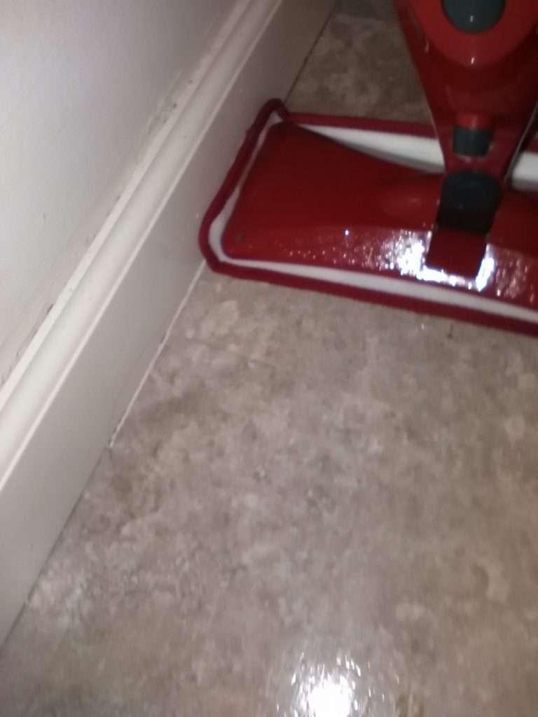 Mit dem O-Cedar Promist Microfiber Spray Mop kann man auch gut in den Ecken sauber machen - Leben in den USA - Produkttest