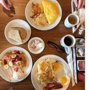 Amerikanisches Frühstück im Diner