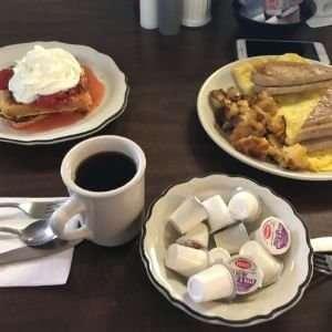 Amerikanisches Frühstück in einem Diner