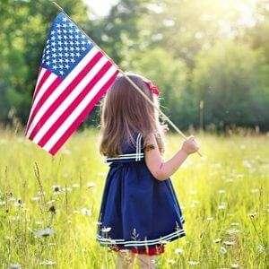 Patriotismus in den USA Mädchen mit amerikanischen Flagge